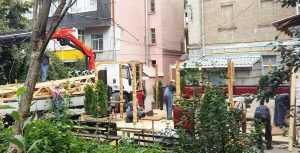 Сотрудники КП Киевблагоустройство демонтируют летнюю площадку в центре Киева
