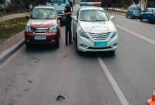 В Киеве Nissan сбил мотоциклиста и скрылся с места аварии