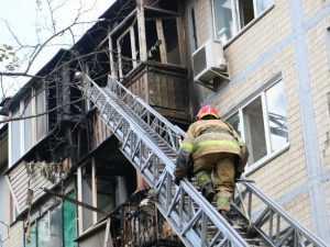 В Киеве в одном из жилых домов полностью сгорела квартира, пострадал мужчина