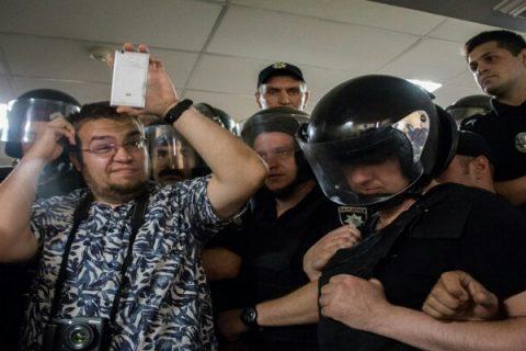 Появилось видео драки депутатов, активистов и полиции: что происходит в мэрии Киева